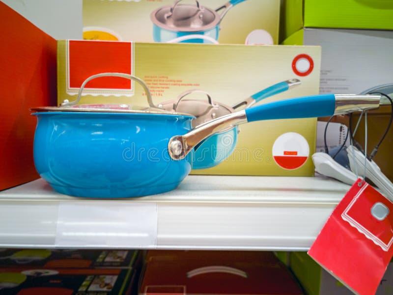 Ковш со стеклянной крышкой в магазине стоковые изображения