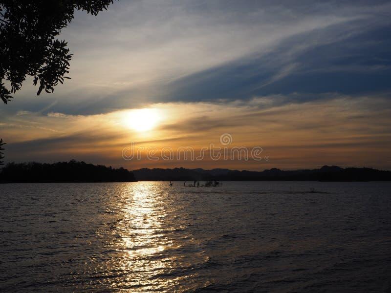 Когда заход солнца на озере стоковое изображение rf
