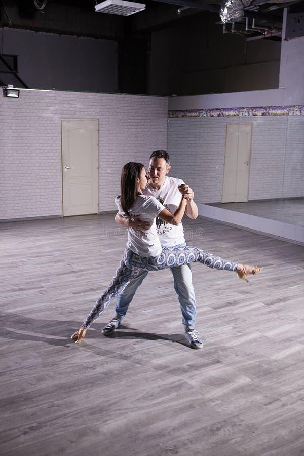 Когда страсть принимает сверх ваше тело вы танцуете kizomba стоковые изображения