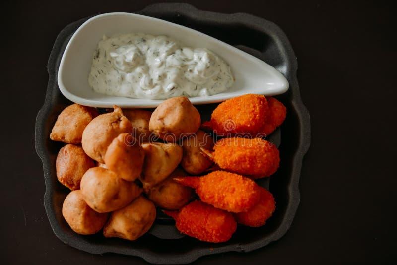Коготь краба Surimi и поколоченные закуски рыб с погружением sauce стоковые фото