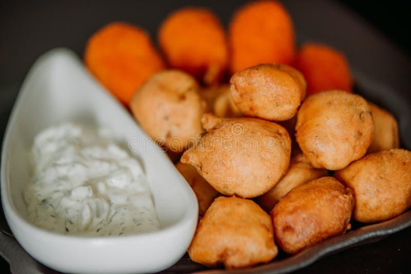 Коготь краба Surimi и поколоченные закуски рыб с погружением sauce стоковая фотография