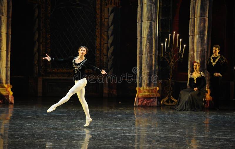 Когда Зигфрид осведомленный полностью этого времени, сотрясенное- озеро лебед церемони-балета принца взрослое стоковые фото
