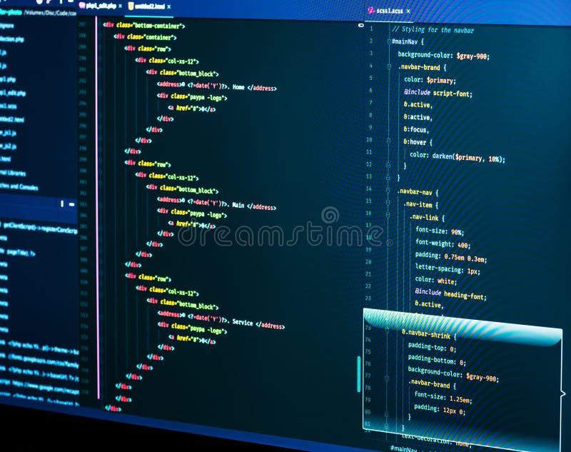 Кодирвоание ИТ на экране монитора Крупный план языка повышения HTML r Закройте вверх кода сценария, CSS и HTML стоковое фото