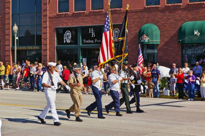 Коди, Вайоминг, США - 4-ое июля 2009 - ветераны различных ветвей вооруженных сил страны маршируя с PA Дня независимости стоковое изображение
