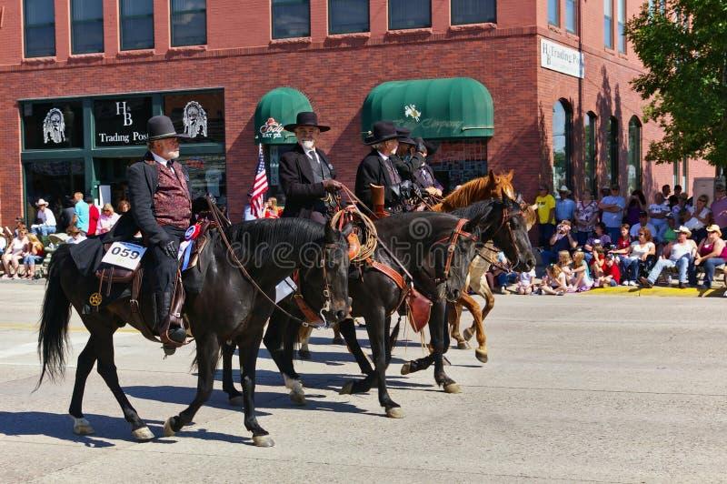 Коди, Вайоминг, США - 4-ое июля 2009 - 4 всадника одело в черном показывая Wyatt Earp, Virgil Earp, Моргане Earp и празднике Doc стоковое изображение rf