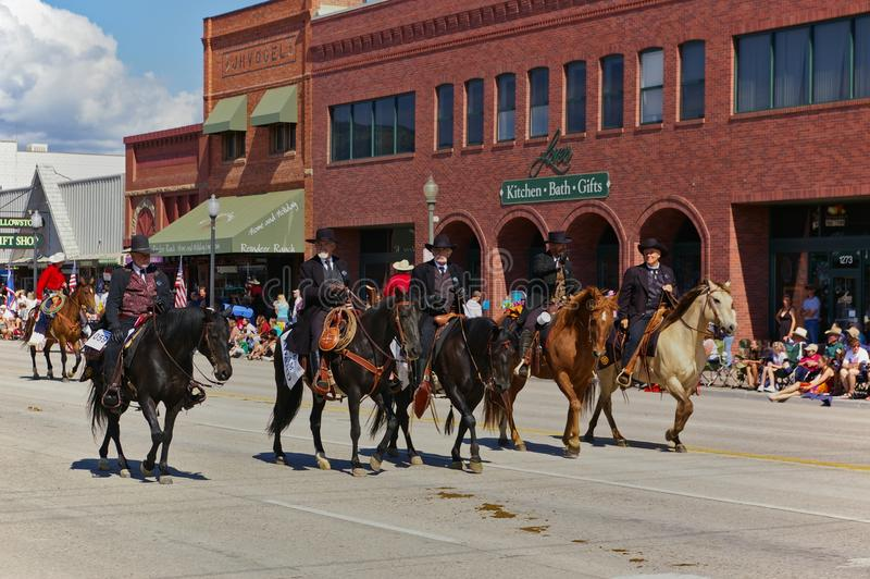 Коди, Вайоминг, США - 4-ое июля 2009 - 4 всадника одело в черном показывая Wyatt Earp, Virgil Earp, Моргане Earp и празднике Doc стоковое фото
