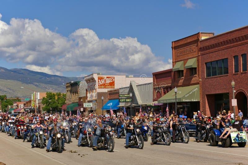 Коди, Вайоминг, США - 4-ое июля 2009 - клуб мотоцикла участвуя в параде Дня независимости стоковые изображения rf