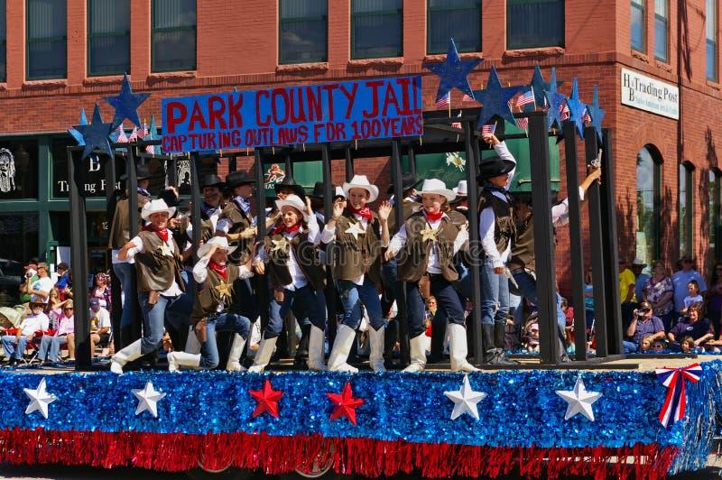 Коди, Вайоминг, США - 4-ое июля 2009 - поплавок парада тюрьмы Park County на параде Дня независимости стоковая фотография rf