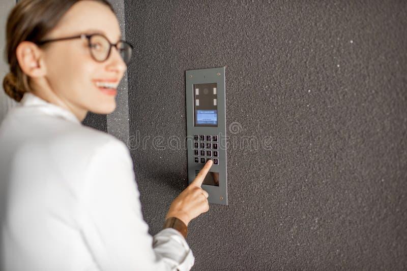 Код женщины входя в на строя входе стоковая фотография