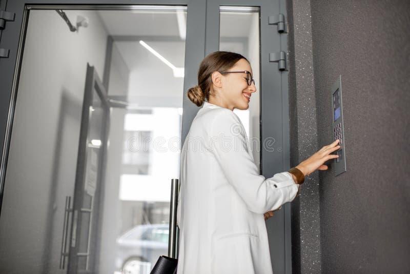 Код женщины входя в на строя входе стоковые изображения rf