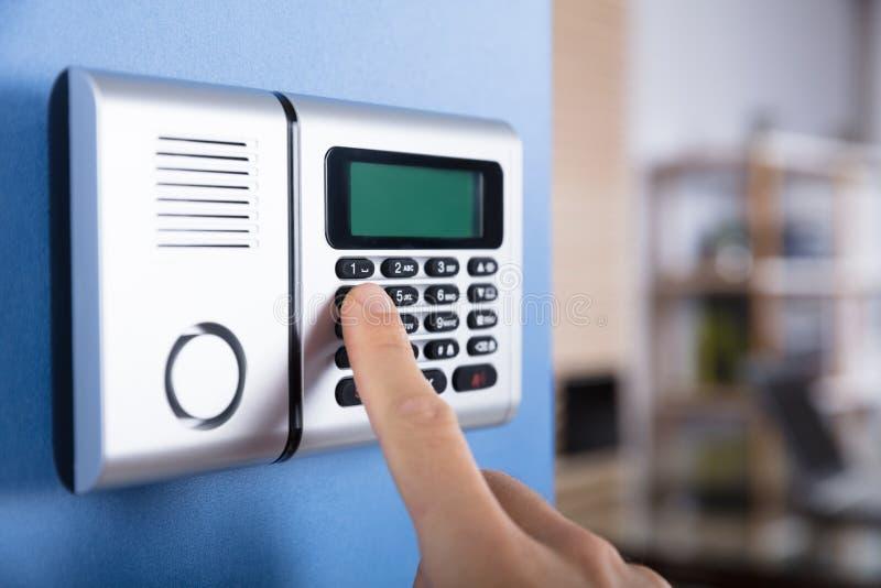Код пальца ` s персоны входя в в системе безопасности стоковая фотография rf