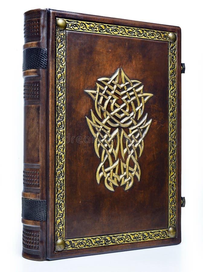 Кожаная книга с позолоченным шлемом и декоративной рамкой стоковая фотография
