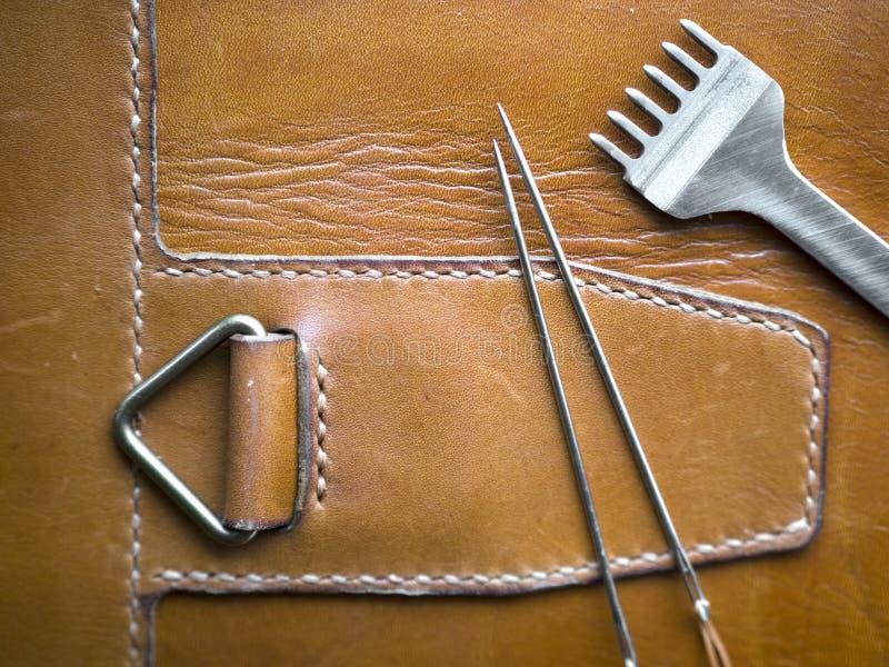 Кожаная Handmade деталь стежком, Handcrafted кожаные товары, рука шить и шить Деревенский тип Закройте вверх дальше стоковые фотографии rf
