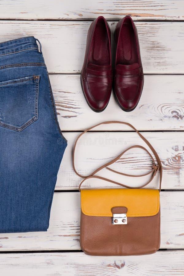 Кожаные ботинки и сумка плеча стоковая фотография rf