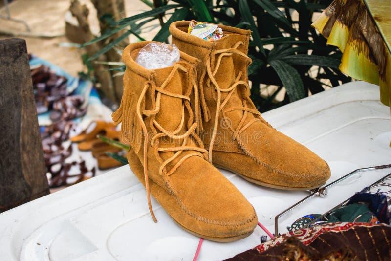 Кожаные ботинки на верхней части в рынке стоковое фото rf