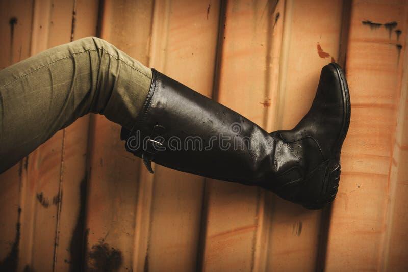Кожаные высокие ботинки стоковые изображения