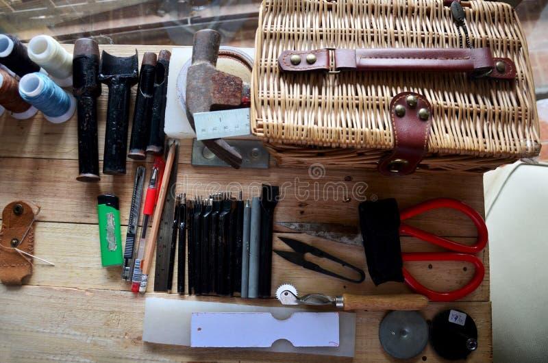 Кожаные инструменты ремесла для Handmade ключевого кольца и малой сумки стоковое изображение rf