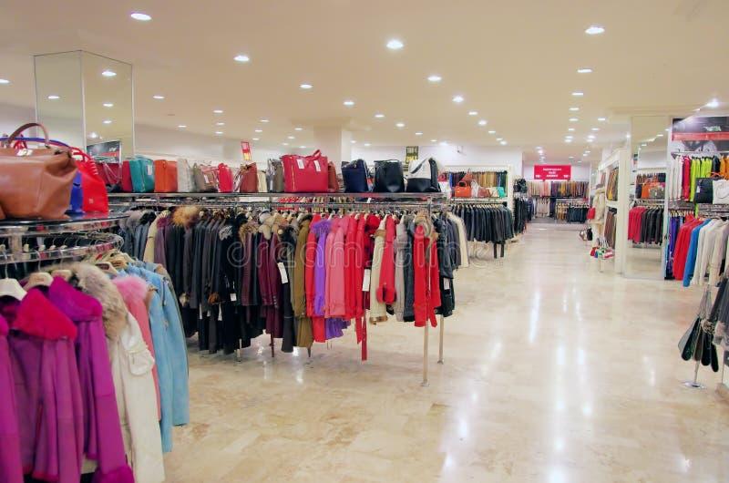 Кожаные пальто в магазине розничной торговли стоковые изображения