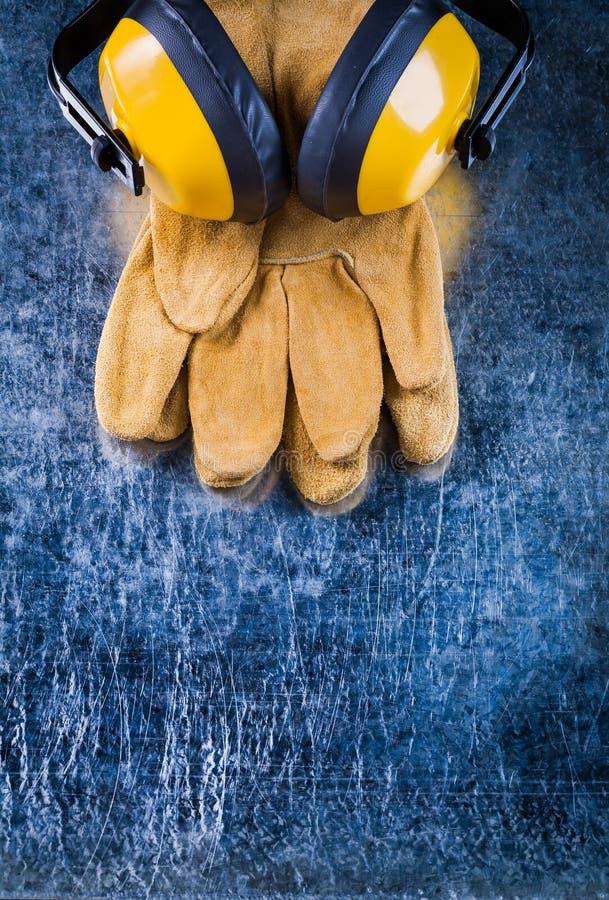Кожаные перчатки безопасности и халявы уха изоляции шума на scratche стоковые фото