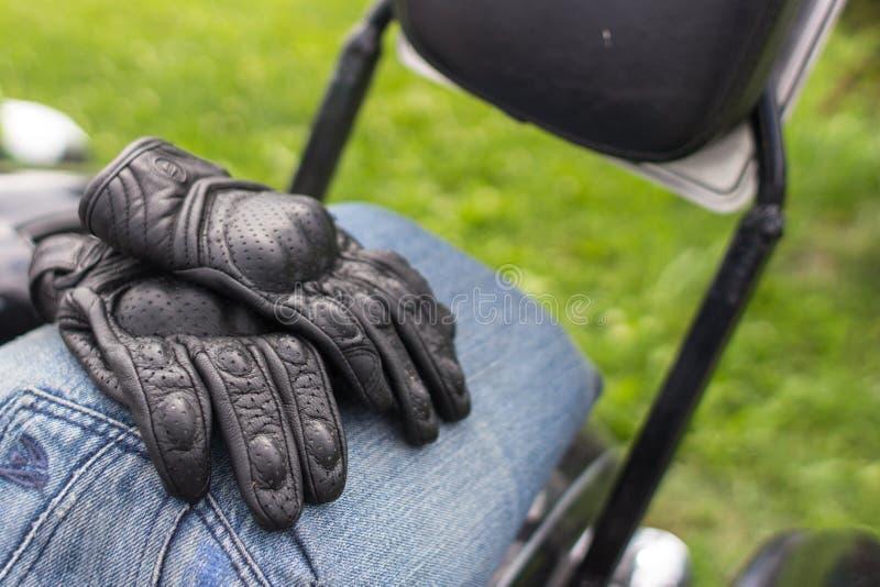 Кожаные перчатки мотоцикла стоковая фотография rf