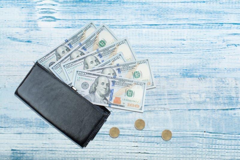 Кожаный бумажник с долларовой банкнотой на деревянном столе стоковая фотография rf