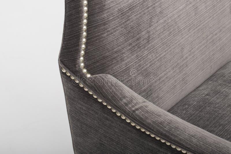 Кожаный диван мест уютный, софа 2 seater современная в светлом - серая ткань, 2-Seat софа, софа валика пера, - изображении стоковое изображение