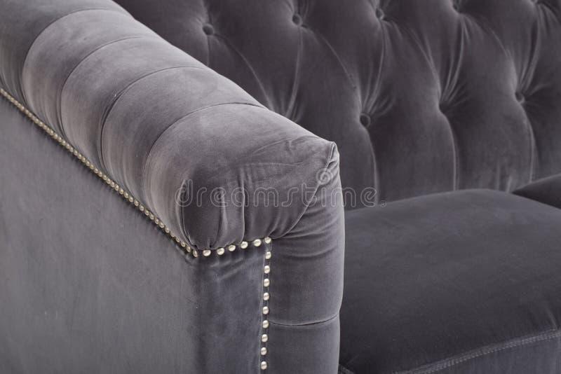 Кожаный диван мест уютный, софа 2 seater современная в светлом - серая ткань, 2-Seat софа, софа валика пера, - изображении стоковая фотография