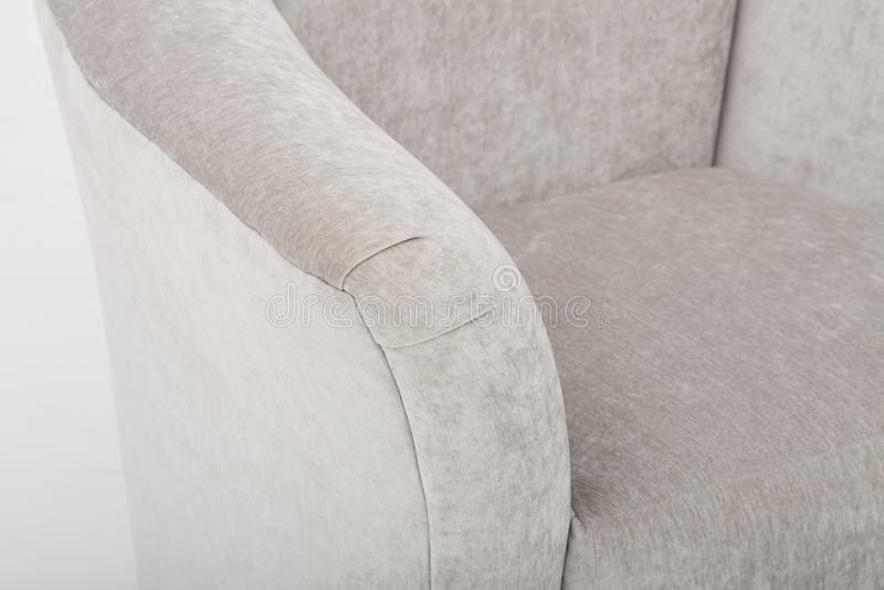 Кожаный диван мест уютный, софа 2 seater современная в светлом - серая ткань, 2-Seat софа, софа валика пера, - изображении стоковое изображение rf