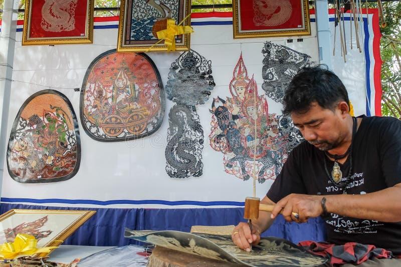 Кожаный создатель wayang марионетки на ежегодном фестивале Lumpini культурном стоковые изображения
