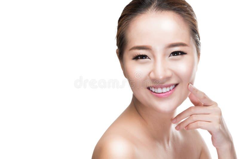 Кожа азиатской женщины skincare красоты касающая на стороне, концепции косметики стоковое фото rf