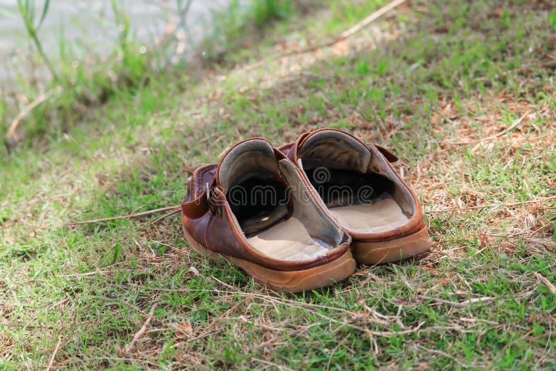 Кожа ботинок Брайна старая на фокусе травы отборном с малой глубиной поля стоковые изображения rf