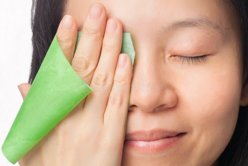 Кожа женщины маслообразная стоковые изображения rf