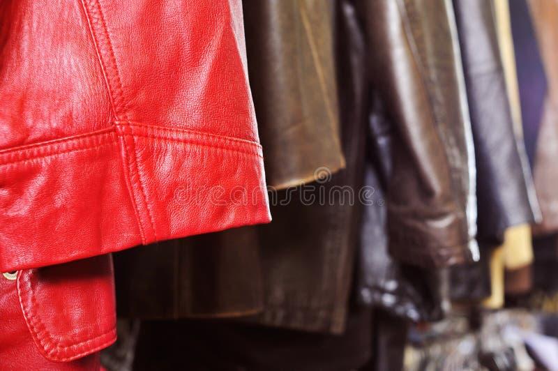 Кожа одевает смертную казнь через повешение на шкафе в блошинном стоковое изображение rf