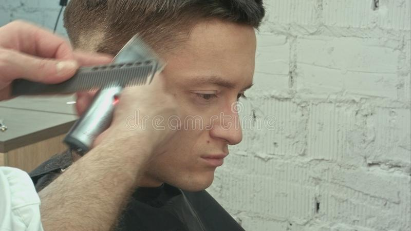 кожа портрета близкого человека волос волос вырезывания красивого совершенная вверх по детенышам Волосы вырезывания стоковое изображение