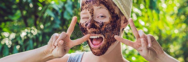 Кожа стороны Scrub Портрет сексуальной усмехаясь женской модели прикладывая естественную маску кофе, сторону Scrub на лицевой кож стоковые фотографии rf