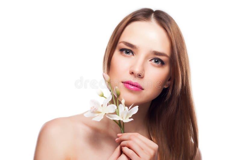 кожи девушки цветка стороны красотки предпосылки детеныши белой женщины красивейшей женской касающие стоковое фото rf