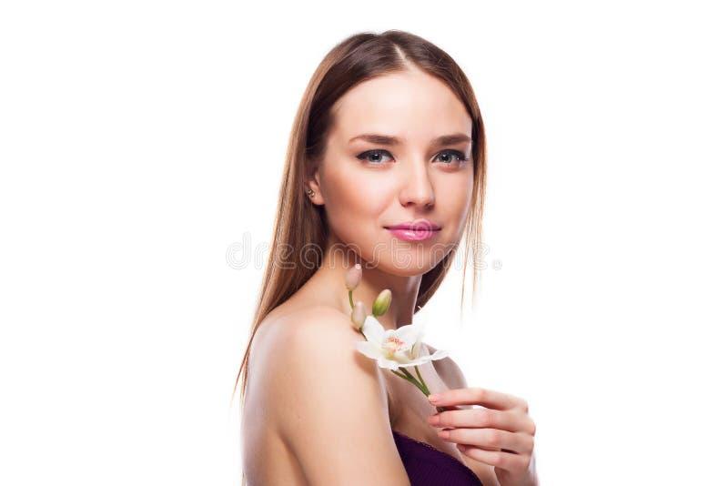 кожи девушки цветка стороны красотки предпосылки детеныши белой женщины красивейшей женской касающие стоковая фотография