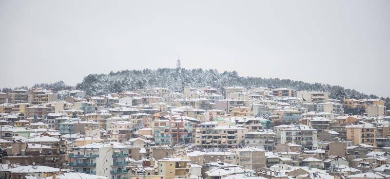 Козани, Греция Традиционный снежный городок и туманная предпосылка неба заречье moscow один панорамный взгляд стоковая фотография rf