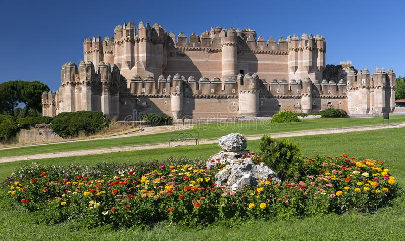 Кока Замок Castillo de Кока - замок XV века Mudejar расположенный в провинции Сеговии, Кастили и Леона, Испании стоковые фотографии rf