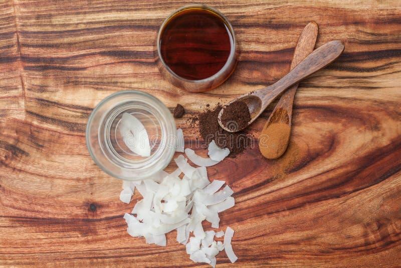 Кокосовое масло, сыпи кокоса, смололо ванильные фасоли и siru клена стоковые изображения rf
