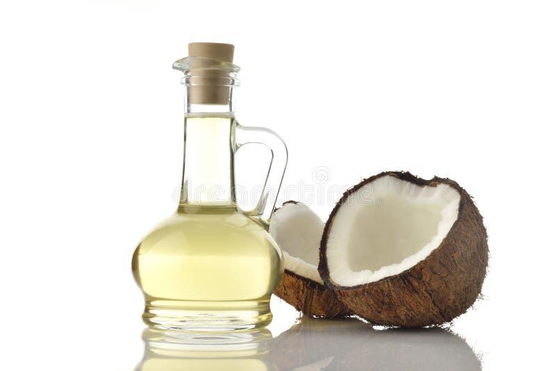 Кокосовое масло с кокосами на белой предпосылке стоковое изображение rf