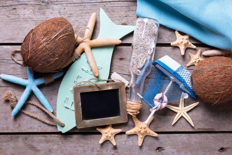 Кокосы и морские детали на винтажной деревянной предпосылке стоковые изображения rf