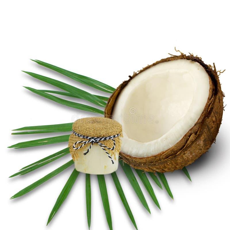 Кокосы и органическое кокосовое масло в стеклянном опарнике на белом backgro стоковое фото rf
