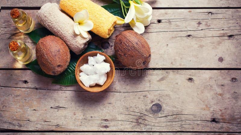 Кокосы, кокосовое масло и полотенца стоковое фото