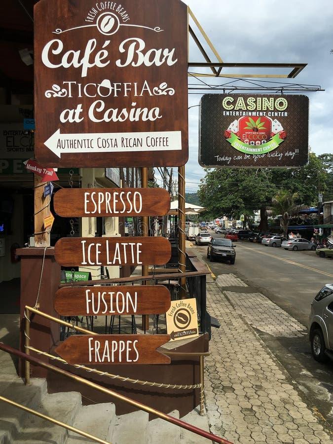 Кокосы приставают бар к берегу Ticoffia на казино, Guanacaste Коста-Рика стоковые фотографии rf