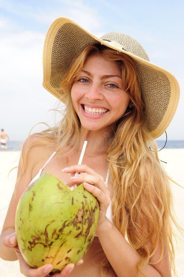 кокос пляжа выпивая испытывающий жажду женщину воды стоковые фото