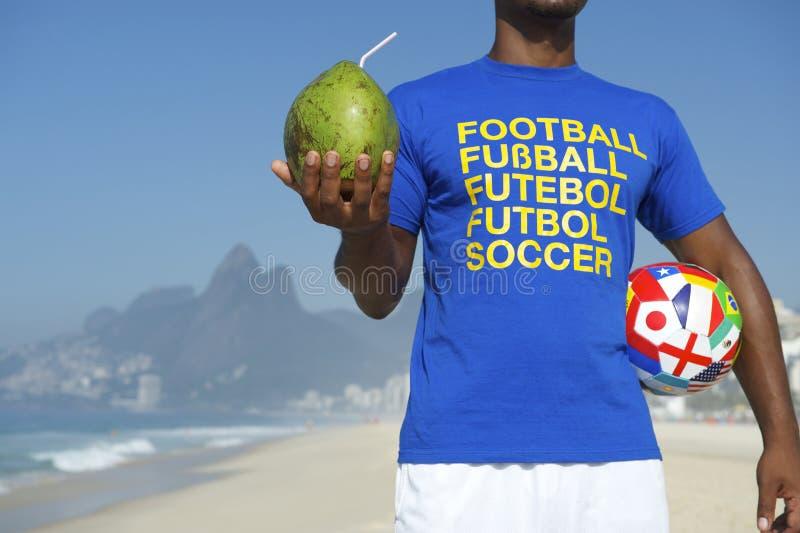 Кокос шарика рубашки футбола бразильского футболиста международный стоковая фотография rf
