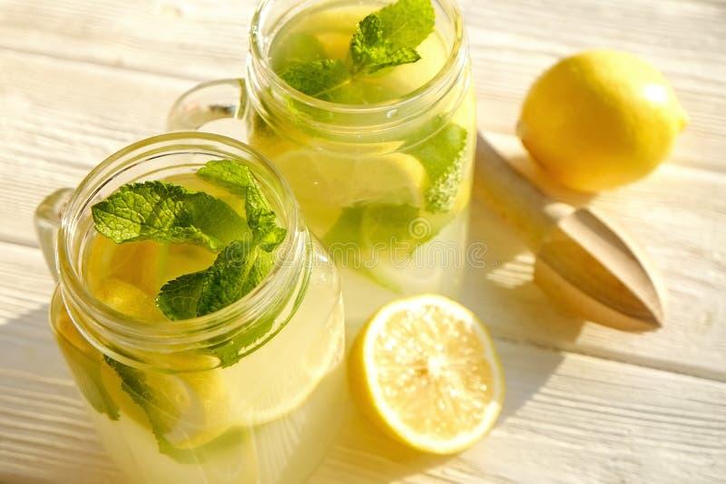 Коктеили лета здоровые не спиртные, цитрус настояли пить воды, лимонады с лимоном известки или апельсин, напитки вытрезвителя дие стоковые фото