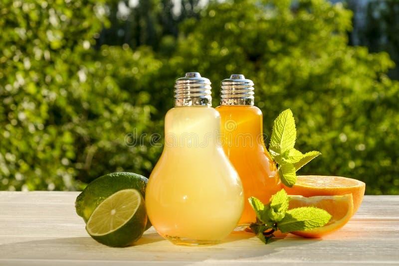 Коктеили лета здоровые не спиртные, цитрус настояли пить воды, лимонады с лимоном известки или апельсин, напитки вытрезвителя дие стоковое фото