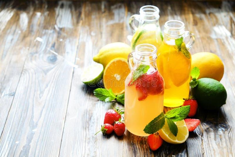 Коктеили лета здоровые не спиртные, цитрус настояли пить воды, лимонады с лимоном известки или апельсин, напитки вытрезвителя дие стоковое фото rf